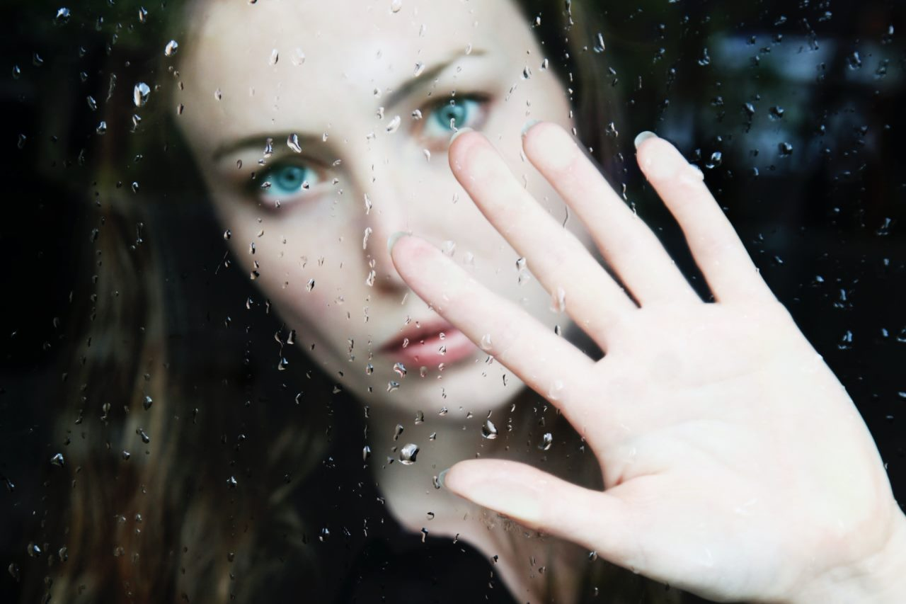 młoda kobieta z wyciągniętą do nas dłonią